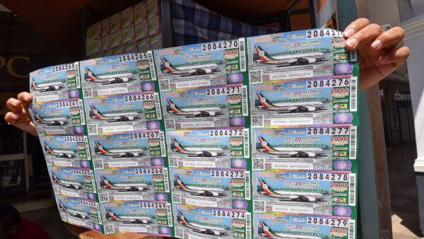Venta de cachito de lotería para la rifa del Avión Presidencial en la capital mexiquense.