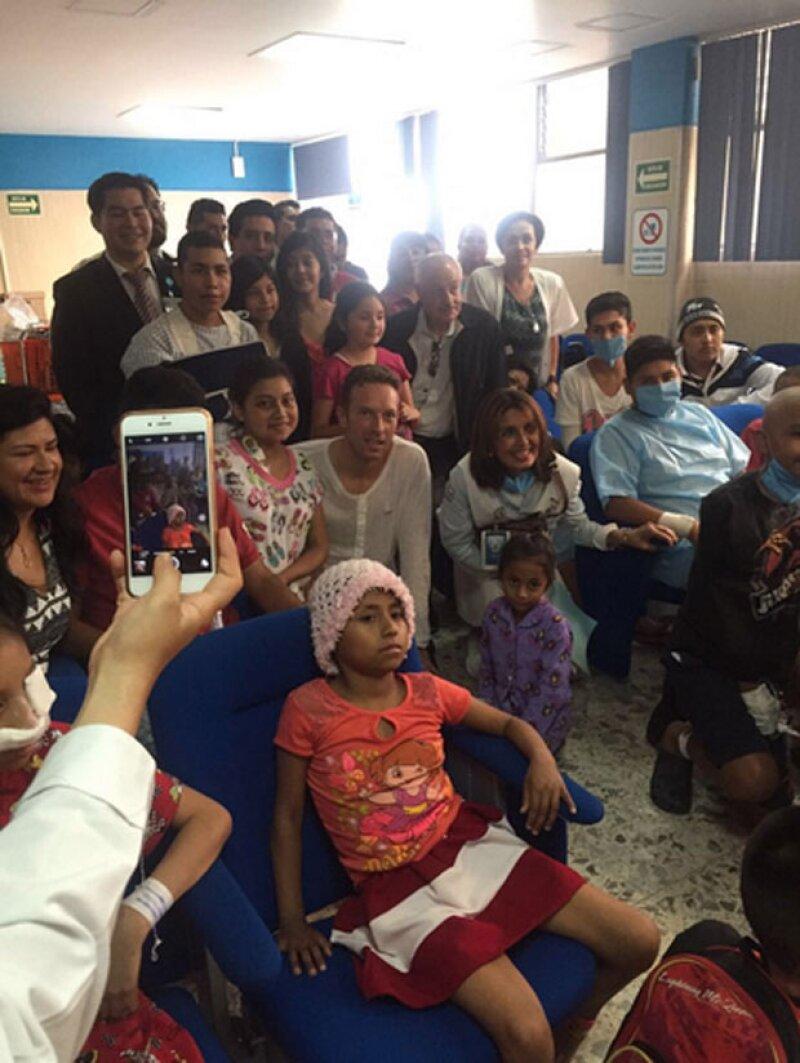 El vocalista de Coldplay visitó ayer a los niños del Hospital General de la Ciudad de México, donde se mostró accesible y se tomó fotos con ellos y sus familias.