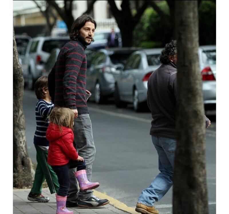 A pesar de que el actor tiene una agenda repleta de compromisos de cine y teatro dedica tiempo a Jerónimo y Fiona para salir a pasear por las calles de la Ciudad.