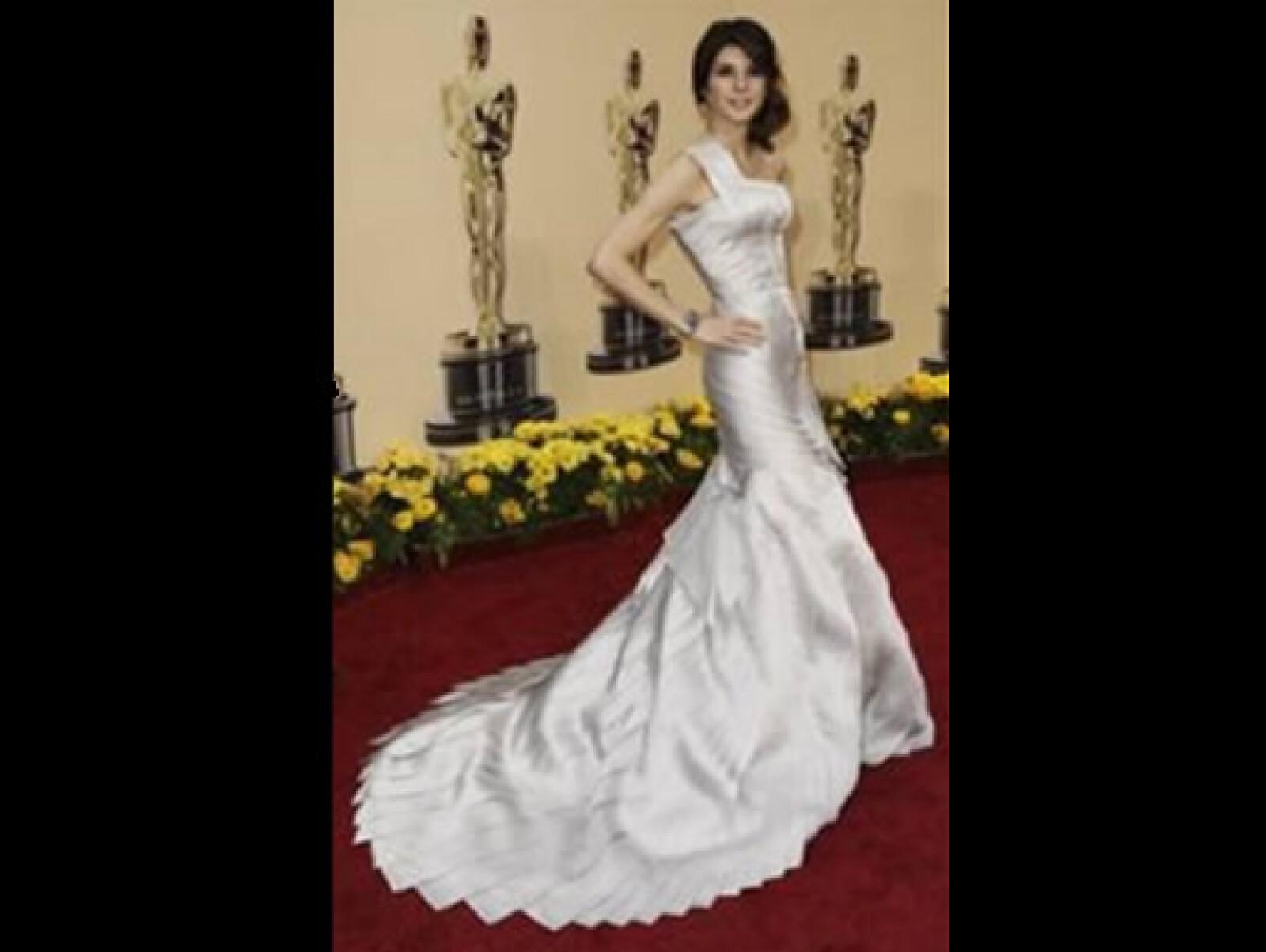 Nominada por su papel en El Luchador, llevó un elegante vestido de Versace, que complementó con joyería de Van Cleef and Arpels: brazalete de diamentes y zafiros, anillo y aretes de diamantes.