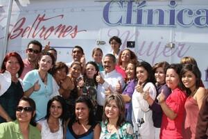 Manlio Fabio Beltornes, presidente de la fundación, en una clínica móvil.