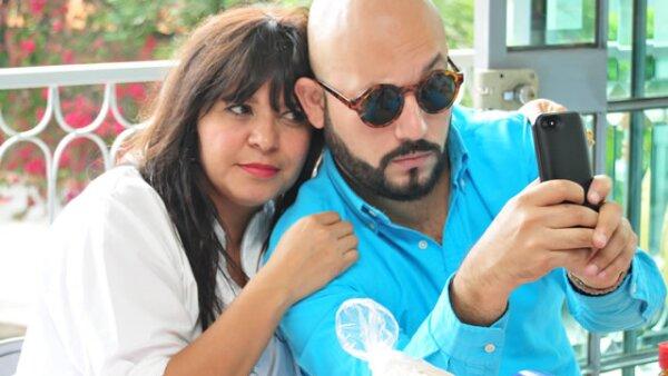 Julia Franco,Paulo Orendain descargando la aplicación de gdlestradicional.mx