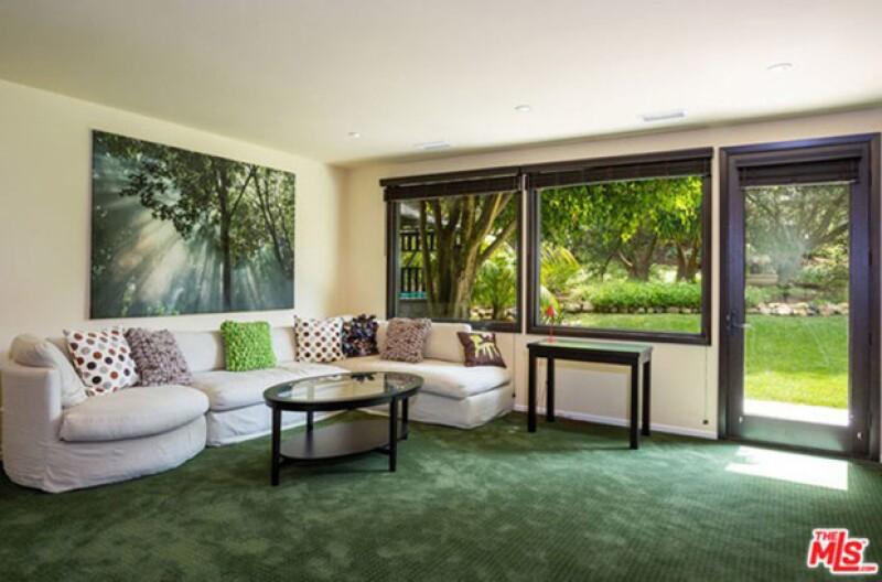La sala con ventanales que dan hacia el jardín.