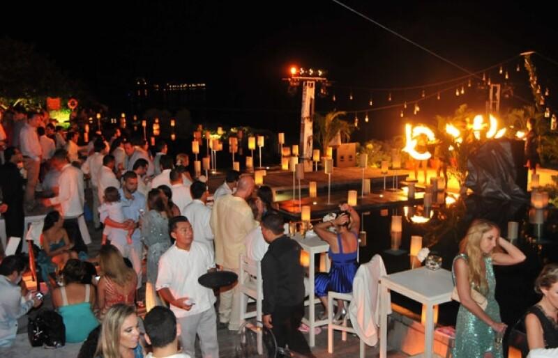 La decoración del lugar fue con salas tipo lounge, velas y la cena fue un buffet.