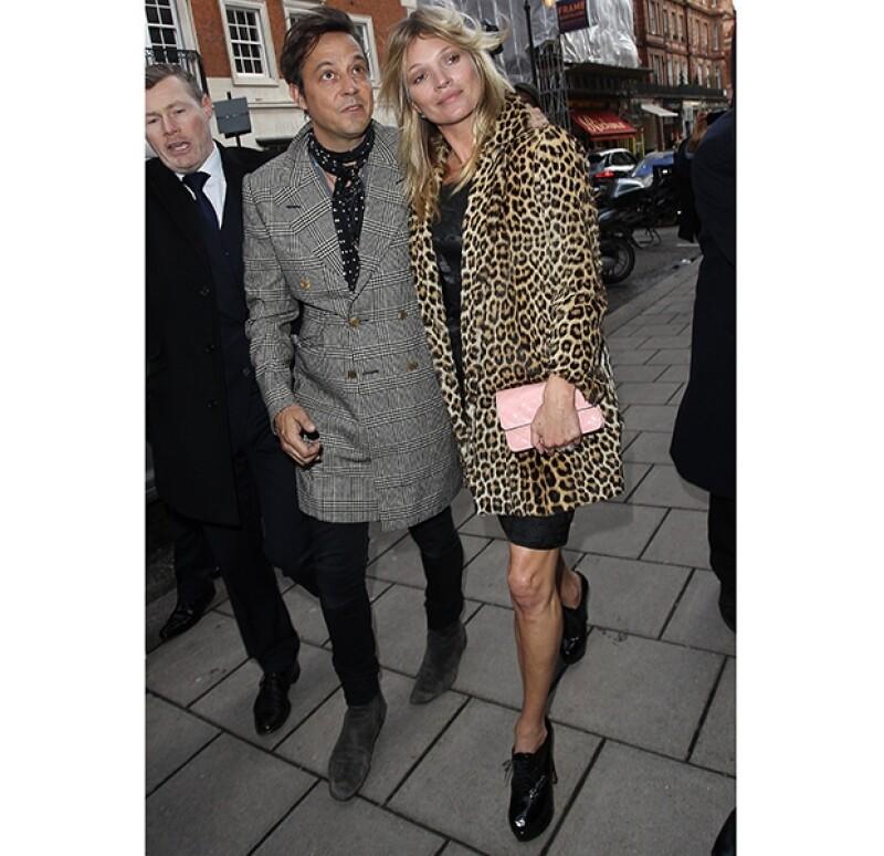 Kate Moss llegó acompañada de su esposo Jamie Hince a su fiesta de cumpleaños que duraría más de 10 horas.