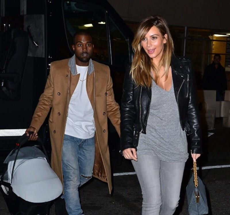 Kanye fue el encargado de cargar a su bebé al restaurante.