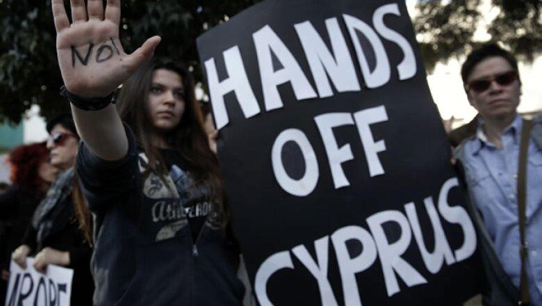 El pacto de ayuda al país incluye un impuesto a los depósitos bancarios que generó protesta entre la población.