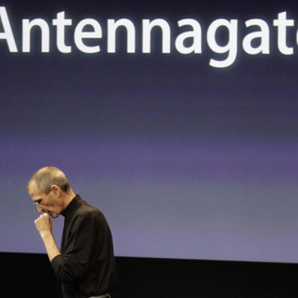 Este equipo sufrió el llamado 'Antennagate', una falla en la calidad de la recepción de llamadas, por un error en su diseño.