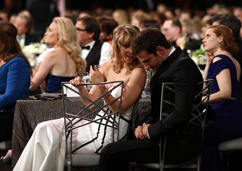 Suki se sentó en la mesa que Bradley compartía con sus compañeros de American Hustle, entre ellos, la guapa Amy Adams.