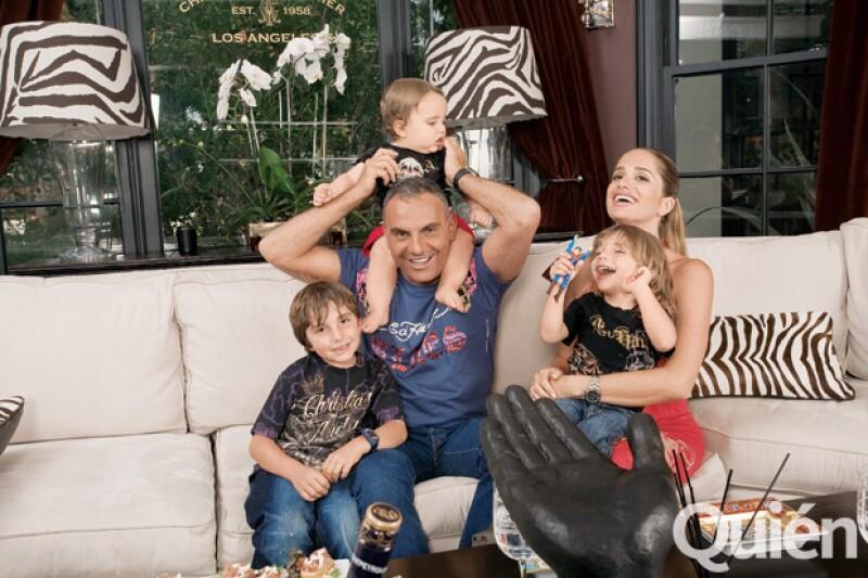 Christian Audigier y su esposa Ira, posan con sus hijos Dylan, Roco y Vito.