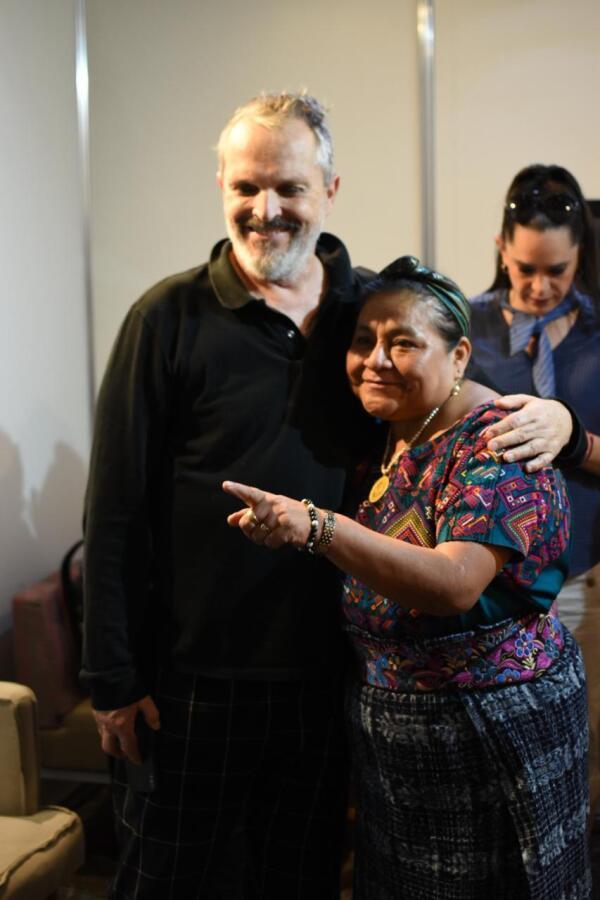Miguel Bosé y Rigoberta Menchú