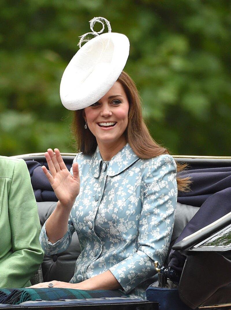 Aunque el príncipe George robó miradas en el aniversario de la reina Elizabeth, su mamá, la duquesa de Cambridge también destacó por su impecable imagen.