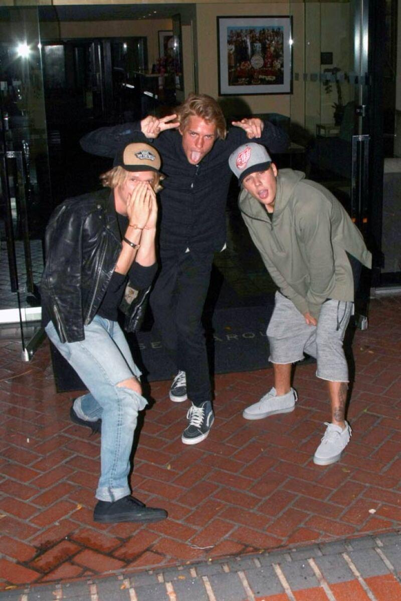 Los famosos cantantes han demostrado que son más amigos que nunca durante su salida por Los Ángeles, en donde incluso posaron para las cámaras de sus fans.