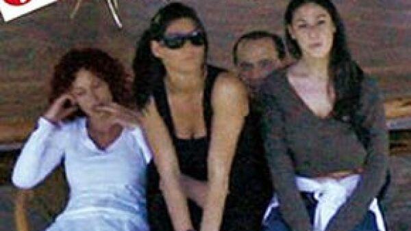 El primer ministro italiano ordenó a su abogado tomar medidas contra el diario por publicar fotos de sus invitados desnudos. Esta no es la primera vez que tiene problemas por imágenes polémicas.