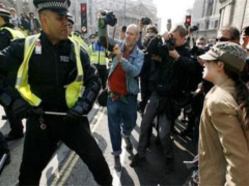 Los usuarios de tecnología, como celulares, han comenzado a registrar los abusos de la policía británica. (Foto: Reuters)