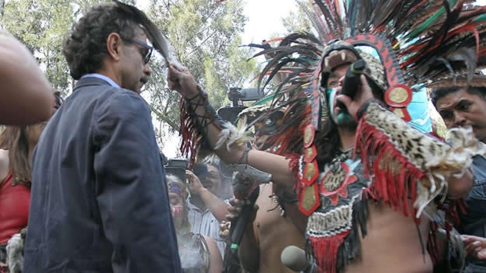 Gabriel Quadri visitó Xochimilco, ahí representantes de la cultura mexica le dieron un baston de mando