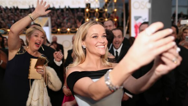 Reese Witherspoon haciendo una selfie en la red carpet del Oscar.