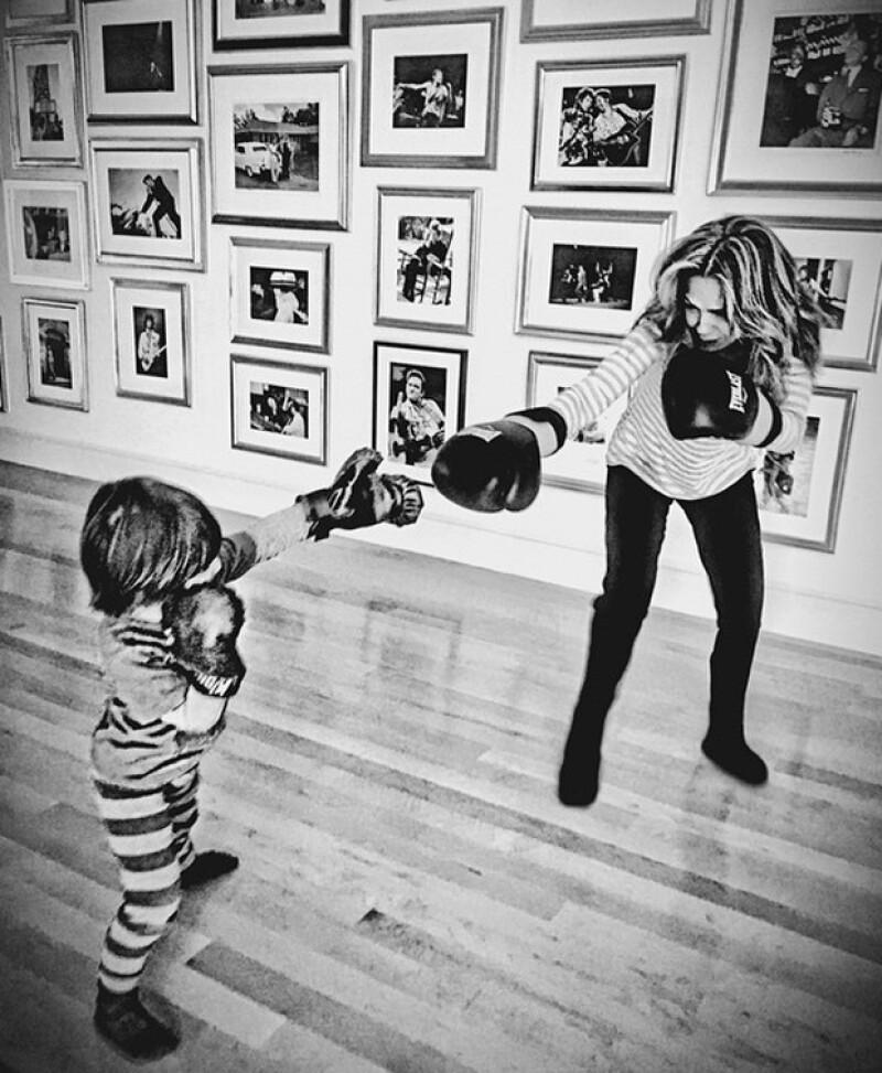 La cantante y su hijo sacaron los guantes de box para mostrar su predilección por el peleador filipino, que se enfrentará en un emocionante encuentro vs Floyd Mayweather en Las Vegas.