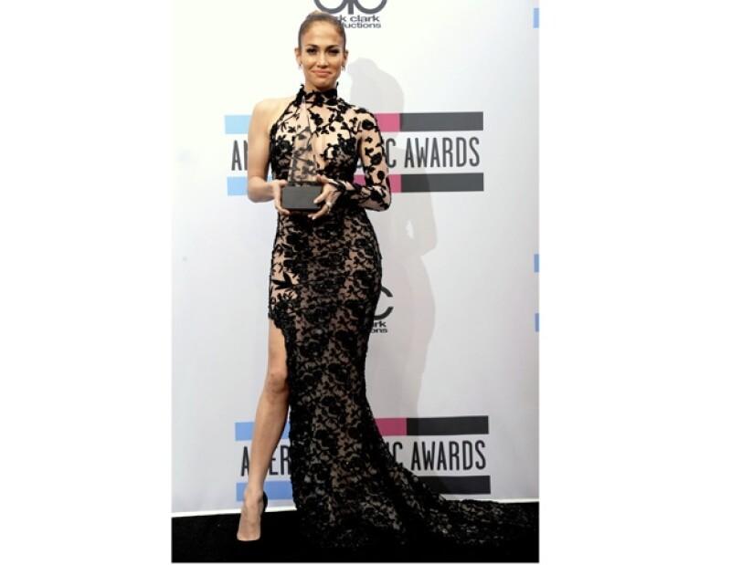 La intérprete de On the Flor, sorprendida se llevó el premio por Artista Latina Favorita.