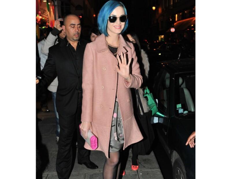 La popular cantante disfrutaba en un club londinense, sin embargo, cuando le informaron que estaba por llegar su ex marido, Russell Brand, ella salió del lugar.