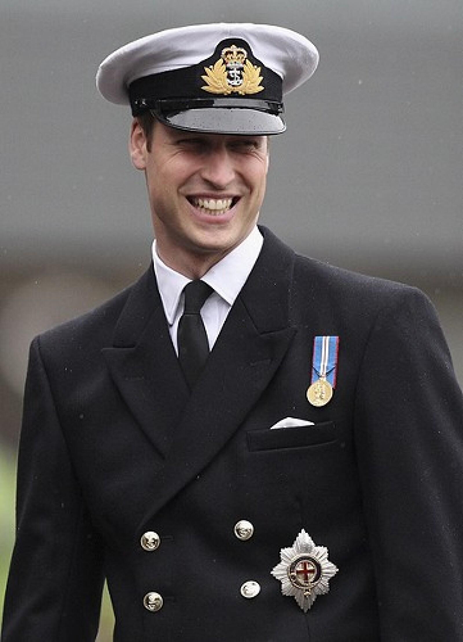 UN traje militar siempre le da un toque más sexy a los príncipes.