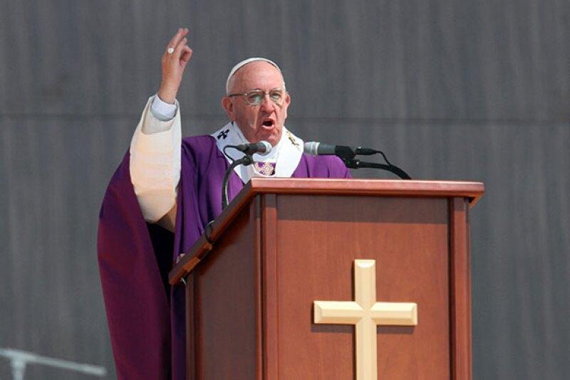 """El pontífice pidió que la sociedad se una para generar oportunidades en México; advirtió también sobre las injusticias de generan los """"buscadores de fama""""."""