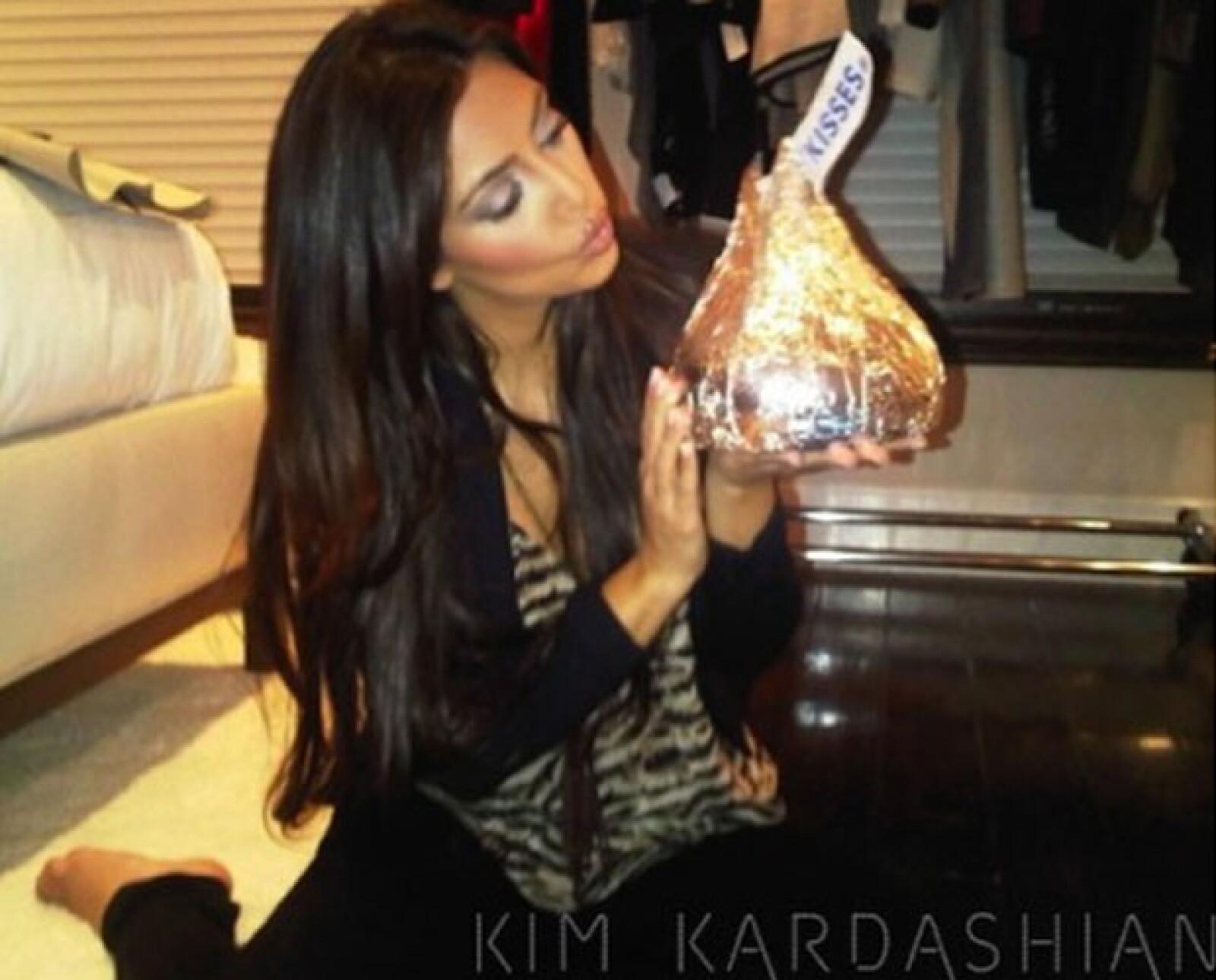 Kim Kardashian compartió un álbum de fotos como regalo de San Valentín para todos sus fans en el mundo, en el que aparece mandando besos a sus seguidores.