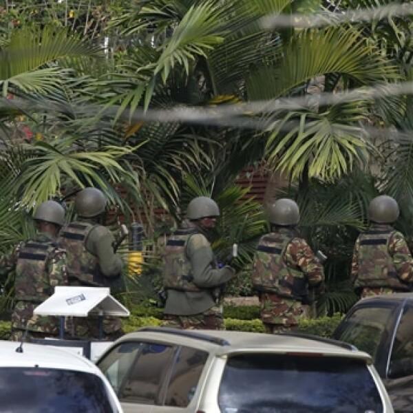 soldados en los alrededores de un centro comercial