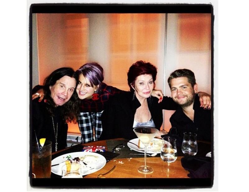 La comentarista de moda se encontraba celebrando el cumpleaños número 27 de su hermano Jack en un restaurante de Los Ángeles cuando se encontró a Victoria y David.