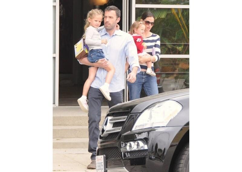Ben y Jennifer tienen tres hijos. Aquí con Violet, la mayor y Seraphina, su segunda hija en 2010.