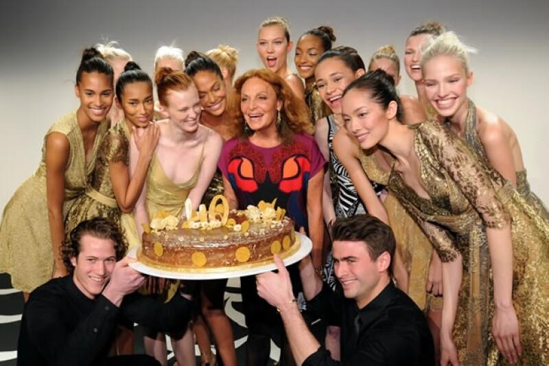 La diseñadora belga, junto con Karlie Kloss y Jourdan Dunn dicen ¡salud! por una de las más grandes creaciones en la industria de la moda, el vestido tipo `wrap´.