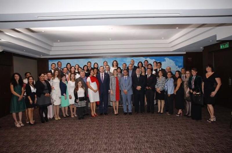 Letizia posó en una foto grupal con todos los asistentes.