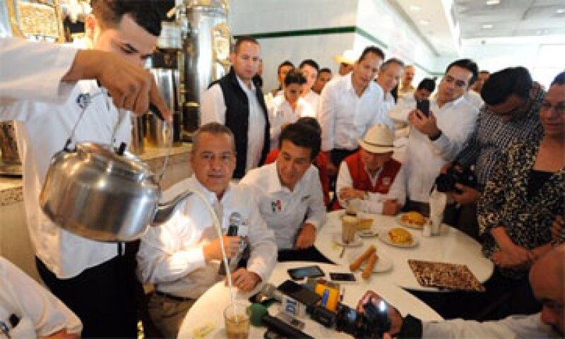 El presidente nacional del PRI acudió al famoso café de La Parroquia. Twitter/MFBeltrones