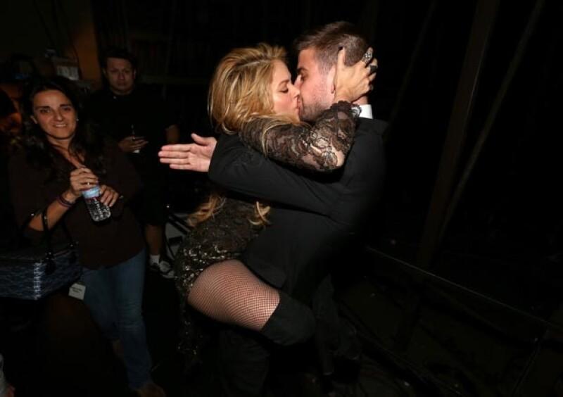 Shakira abrazó y besó efusivamente a su pareja tras su presentación.