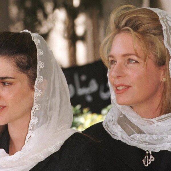 La reina con la princesa Rania en el cementerio real, frente a la tumba del rey Hissein, el 18 de marzo de 1999.