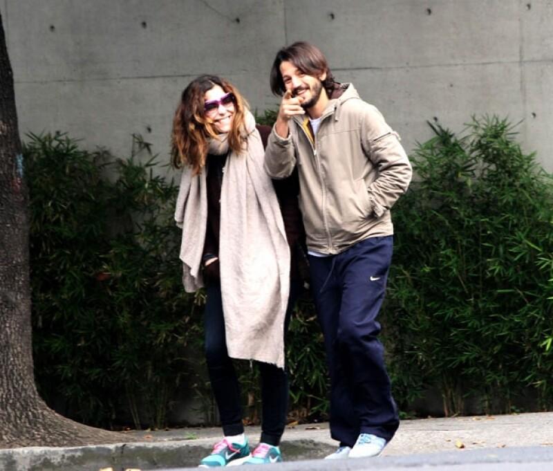 El actor y la colombiana disfrutaban de una caminata dominical cuando notaron -sin inmutarse- la presencia de un fotógrafo que captó lo bien que la pasan juntos.