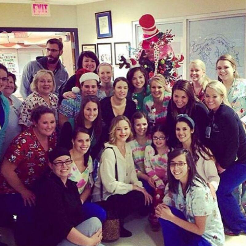 La foto de recuerdo de Jennifer con el personal y pacientes del hospital.