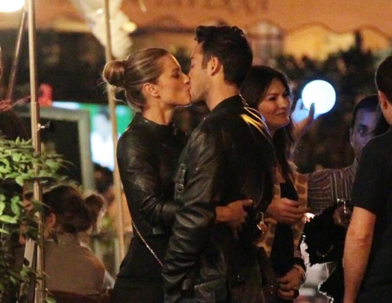 Lola y Aarón no perdieron cualquier oportunidad para protagonizar escenas románticas.