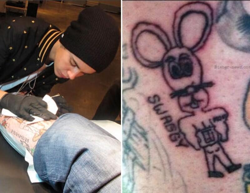 El astro pop grabó un ratón musculoso en la pierna del tatuador `Bang Bang´, motivo por el que fue multado con 2 mil dólares.
