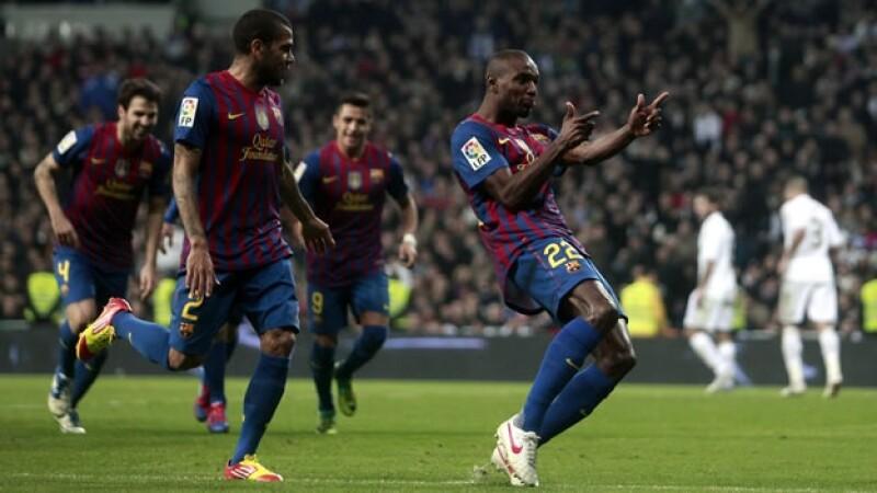 Eric Abidal celebra el segundo gol que le dio el triunfo al Barcelona