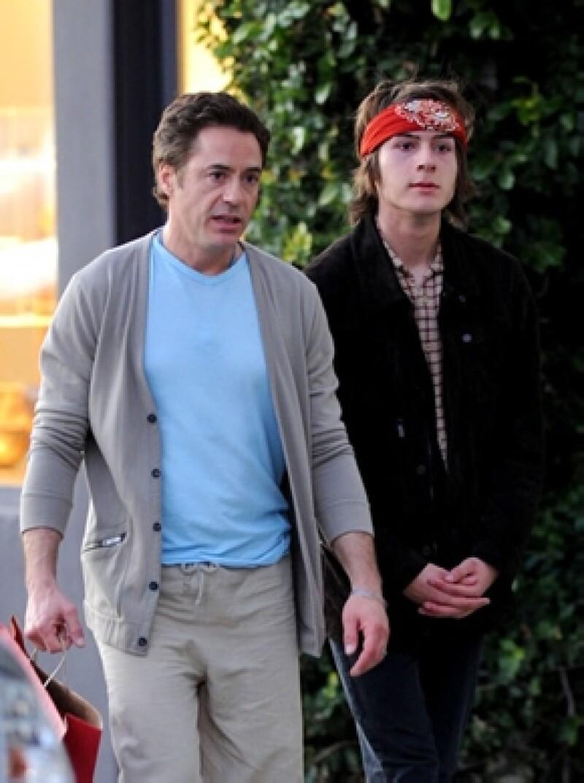 Robert Downey Jr. e Indio caminando por Los Ángeles en 2012.