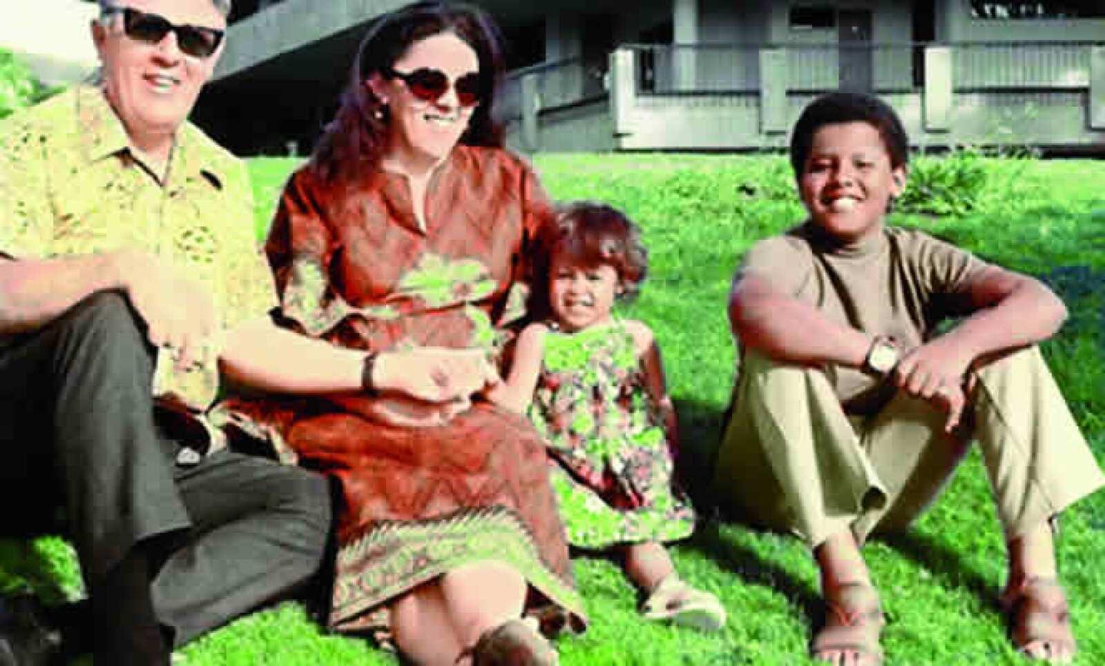 Obama con el abuelo paterno, su madre Stanley Ann y su media hermana Maya, en su casa de Hawai, en 1973.