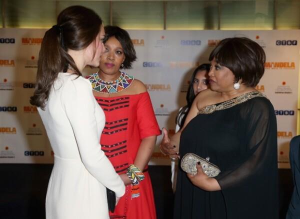 Minutos antes de que se diera a conocer la muerte de Mandela, Kate convivió con la hija del líder Zindzi Mandela.