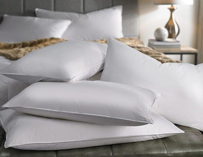 Agrega más almohadas a la hora de dormir para dormir más elevada y evitar que se hinchen tus ojos.