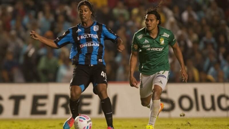 Ronaldinho conduce el balón pero sus pases no pudieron marcar la diferencia ante un León que sacó las garras en Querétaro