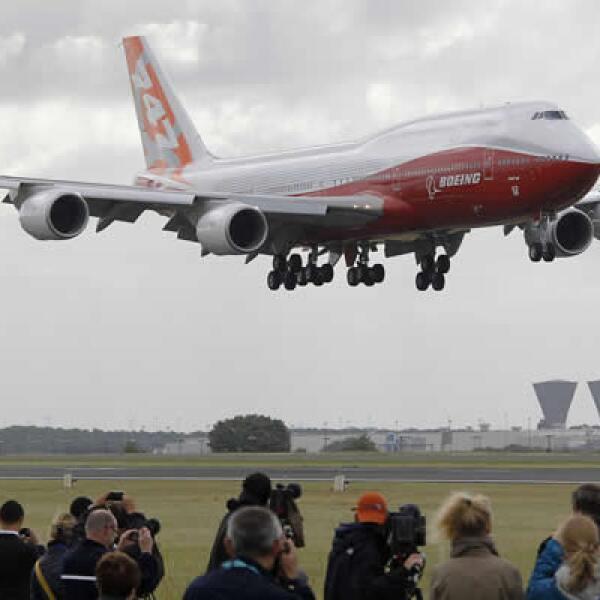 La aeronave aterriza en el aeropuerto de Le Bourget, en vísperas de la exposición que arrancó este lunes. Se trata del avión de pasajeros más largo del mundo y tiene 51 asientos, más que el modelo 747.