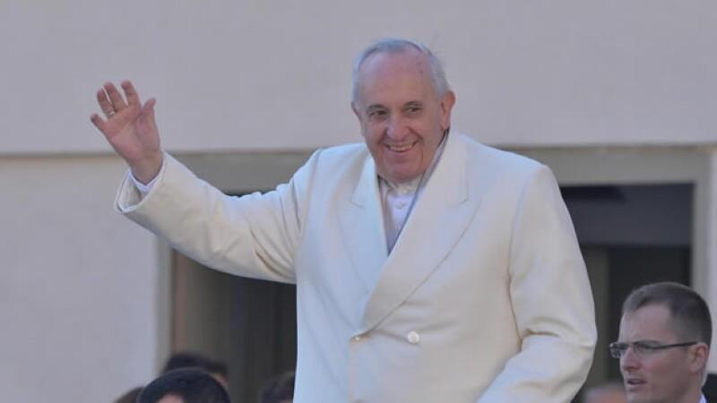 El papa Francisco saluda a los fieles durante la audiencia general del miércoles pasado, celebrada en la plaza de San Pedro en el Vaticano