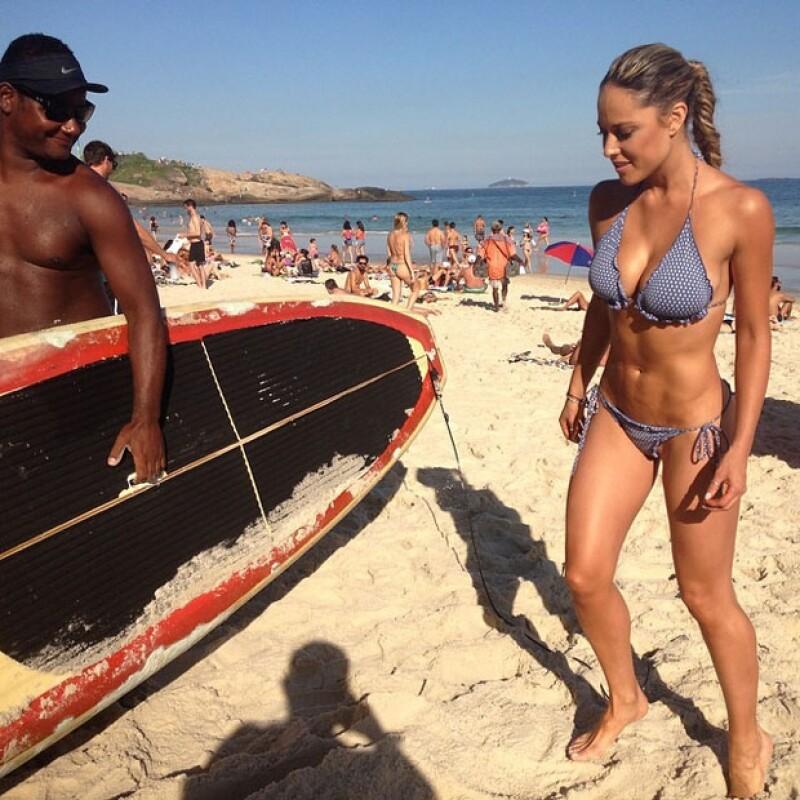 La conductora dejó sin aliento a sus seguidores al publicar una imagen en bikini antes de probar suerte de surfista en una concurrida playa.
