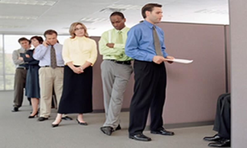Tus amigos o contactos virtuales son una fuente para poder encontrar empleo, según los expertos.(Foto: Getty Images)
