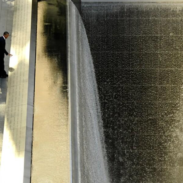 El presidente de Estados Unidos, Barack Obama recuerda el 11 de septiembre de 2001 con una visita al memorial construido en honor a las personas que fallecieron ese día.